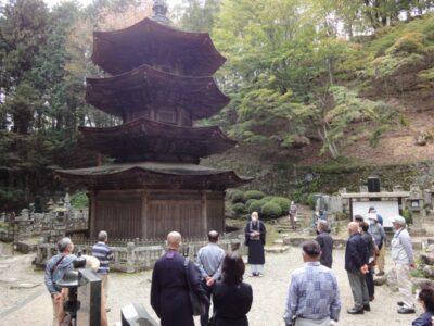 長野県別所温泉安楽寺 国宝三重塔の前で住職さんの説明をお聞きしました。